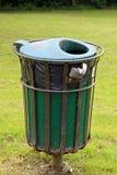 Bac à ordures vert dans un cadre en métal image libre de droits