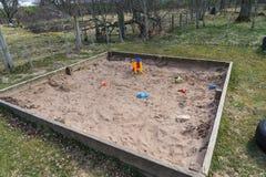 Bac à sable dans un arrangement rural de jeu Images libres de droits