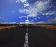 乘客运行在有美丽的蓝天的机场跑道的空中飞机与运输和旅行旅途的白色云彩用途bac 免版税库存照片
