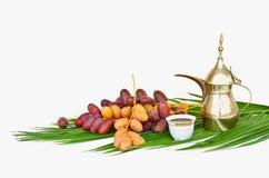 Bac arabe de café avec des fruits de datte Photographie stock libre de droits