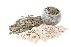 Bac avec des graines de citrouille image stock