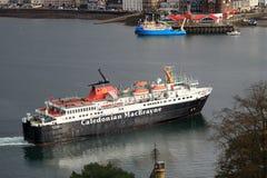 Bac calédonien de MacBrayne entrant dans le port d'Oban Photographie stock libre de droits