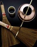 Bac, cuvette et balais de cuivre de thé pour l'affichage Image stock