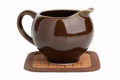 Bac d'argile pour le thé ou le lait de brassage photographie stock
