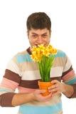 Bac de fleurs drôle de fixation d'homme Photographie stock libre de droits