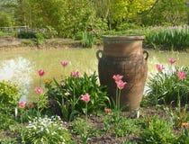 Bac de jardin avec des fleurs Photo libre de droits