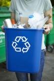 Bac de recyclage de transport de femme photographie stock libre de droits