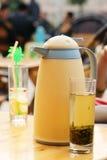 Bac de thé et thé vert photo stock