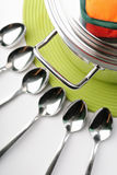 Bac et cuillères image stock