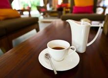 Bac et cuvette blancs de thé sur la table images libres de droits