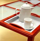 Bac et cuvette de thé sur une table Image stock