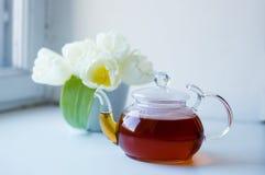 Bac et fleurs de thé photographie stock libre de droits