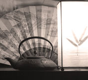 Bac et lanterne de thé photos stock