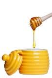 Bac et louche de miel d'isolement sur le blanc Images libres de droits