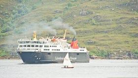 Bac et yacht ; grand et petit ! Images libres de droits