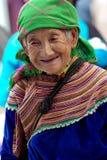 BAC HA, ВЬЕТНАМ - 12-ОЕ СЕНТЯБРЯ: Неопознанная старуха цветка H Стоковая Фотография