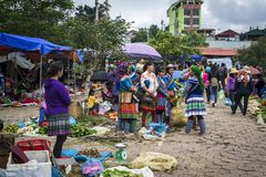 Bac Ha Sunday Market colorido, Vietname do norte fotografia de stock
