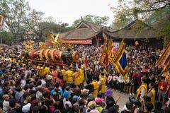 Bac Ninh, Vietnam - 31 de enero de 2017: El festival de primavera tradicional de Dong Ky, un ritual especial del festival de Dong Foto de archivo libre de regalías