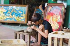 Bac Ninh, Vietnam - 12 de septiembre de 2015: Artesanos menores que hacen los productos de cobre de la artesanía de la manera tra foto de archivo
