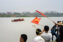 Bac Ninh, Vietnam - 7 février 2017 : Assistances encourageantes au festival de printemps traditionnel de régate sur la rivière de images libres de droits