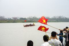 Bac Ninh, Vietnam - 7 février 2017 : Assistances encourageantes au festival de printemps traditionnel de régate sur la rivière de photo stock