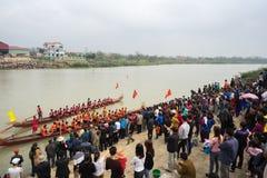 Bac Ninh, Vietnam - 7 février 2017 : Assistances encourageantes au festival de printemps traditionnel de régate sur la rivière de photo libre de droits