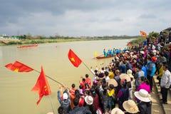 Bac Ninh, Vietnam - 7 février 2017 : Assistances encourageantes au festival de printemps traditionnel de régate sur la rivière de photographie stock