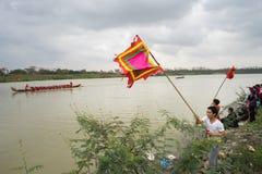 Bac Ninh, Vietnam - 7 février 2017 : Assistances encourageantes au festival de printemps traditionnel de régate sur la rivière de photos stock