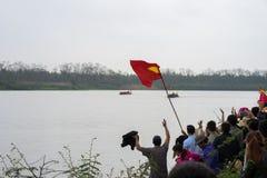 Bac Ninh, Vietnam - 7 febbraio 2017: Pubblico incoraggiante al festival di molla tradizionale di corsa di barca sul fiume di Cau, immagini stock