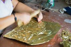 Bac Ninh Vietnam - September 12, 2015: Kopparhemslöjdprodukter gör vid yngre hantverkare i traditionell väg i den Dai Bai byn Royaltyfri Foto
