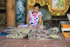 Bac Ninh, Vietnam - 9 settembre 2015: La pittura sta facenda in officina nel villaggio piega della pittura di Dong Ho fotografia stock