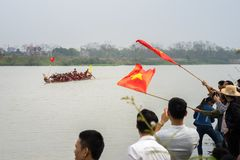 Bac Ninh, Vietname - 7 de fevereiro de 2017: Audiências Cheering no festival de mola tradicional da competência de barco no rio d imagens de stock royalty free