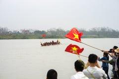Bac Ninh, Vietname - 7 de fevereiro de 2017: Audiências Cheering no festival de mola tradicional da competência de barco no rio d foto de stock
