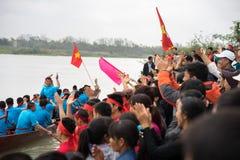 Bac Ninh, Vietname - 7 de fevereiro de 2017: Audiências Cheering no festival de mola tradicional da competência de barco no rio d fotos de stock