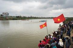 Bac Ninh, Vietname - 7 de fevereiro de 2017: Audiências Cheering no festival de mola tradicional da competência de barco no rio d imagem de stock royalty free