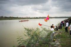 Bac Ninh, Vietname - 7 de fevereiro de 2017: Audiências Cheering no festival de mola tradicional da competência de barco no rio d imagem de stock
