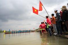 Bac Ninh, Vietname - 7 de fevereiro de 2017: Audiências Cheering no festival de mola tradicional da competência de barco no rio d fotografia de stock royalty free