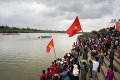 Bac Ninh, Vietname - 7 de fevereiro de 2017: Audiências Cheering no festival de mola tradicional da competência de barco no rio d fotografia de stock