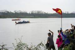 Bac Ninh, Vietname - 7 de fevereiro de 2017: Audiências Cheering no festival de mola tradicional da competência de barco no rio d imagens de stock