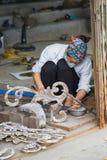 Bac Ninh Wietnam, Sep, - 9, 2015: Miedziani rękodzieła i sztuki piękna produkty one robią ręcznie kobieta pracownikiem w Dai Bai  Zdjęcie Royalty Free