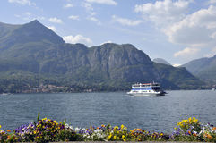 Bac quittant Bellagio sur le lac Como Photos stock