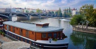 Bac sur le fleuve de Vltava, Prague Image stock