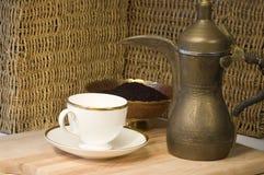 Bac, tasse de thé et groun jordaniens en laiton de café Photo stock