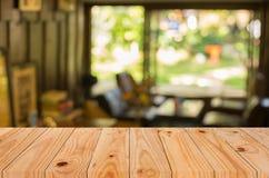 BAC tavola del fuoco e della sfuocatura di legno marroni vuote selezionate della caffetteria fotografie stock
