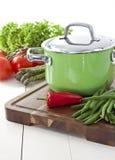 Bac vert et légumes frais images stock