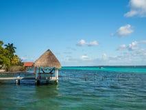 Bacalar,墨西哥,南美:[湖Bacalar,清楚的水,滞后 免版税库存图片