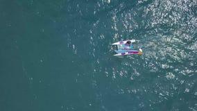 BACALAR, MÉXICO, EL 5 DE OCTUBRE DE 2017: Navegación del catamarán en las aguas azules - tiradas de abejón metrajes