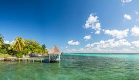 Bacalar, Meksyk, Ameryka Południowa: [Jeziorny Bacalar, jasny nawadnia, opóźnienie Obrazy Stock