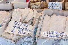 Bacalhau salé sec de morue sur le marché traditionnel à Palerme image stock