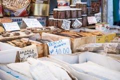 Bacalhau salé sec de morue sur le marché traditionnel à Palerme images stock